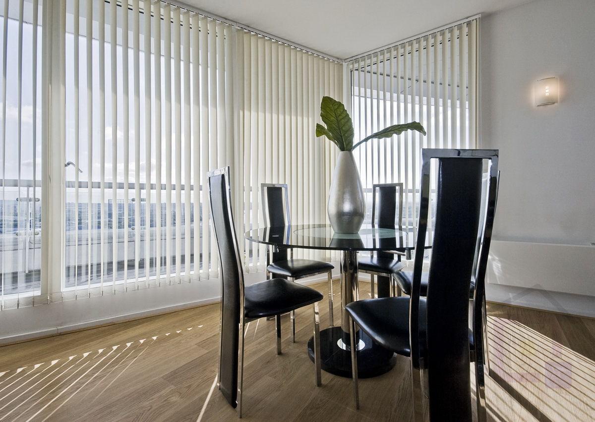Белые вертикальные жалюзи в столовой