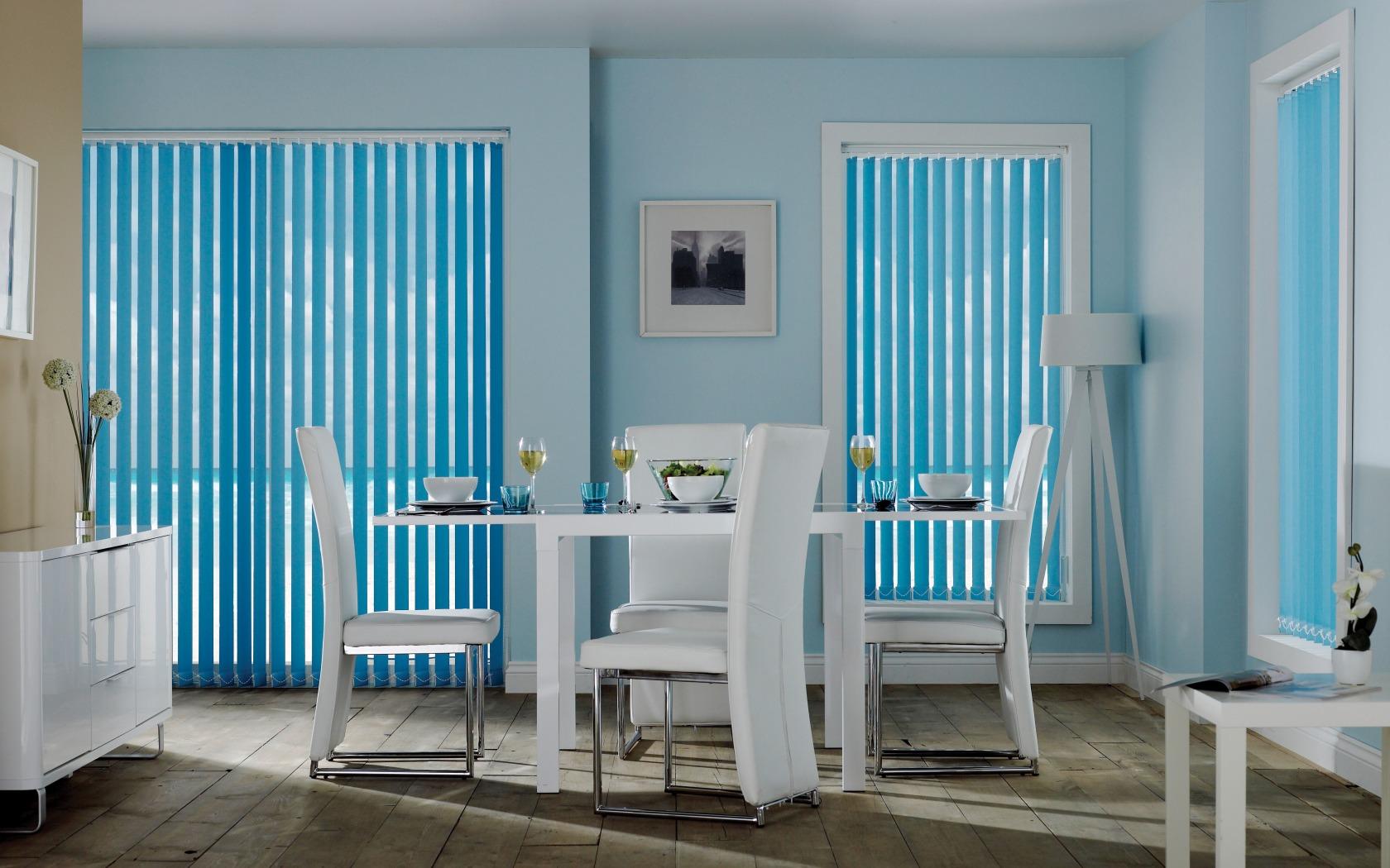 Голубые вертикальные жалюзи в столовой