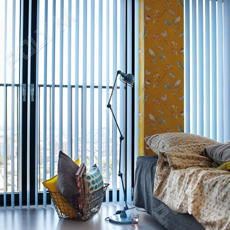 Вертикальные алюминиевые жалюзи в спальне