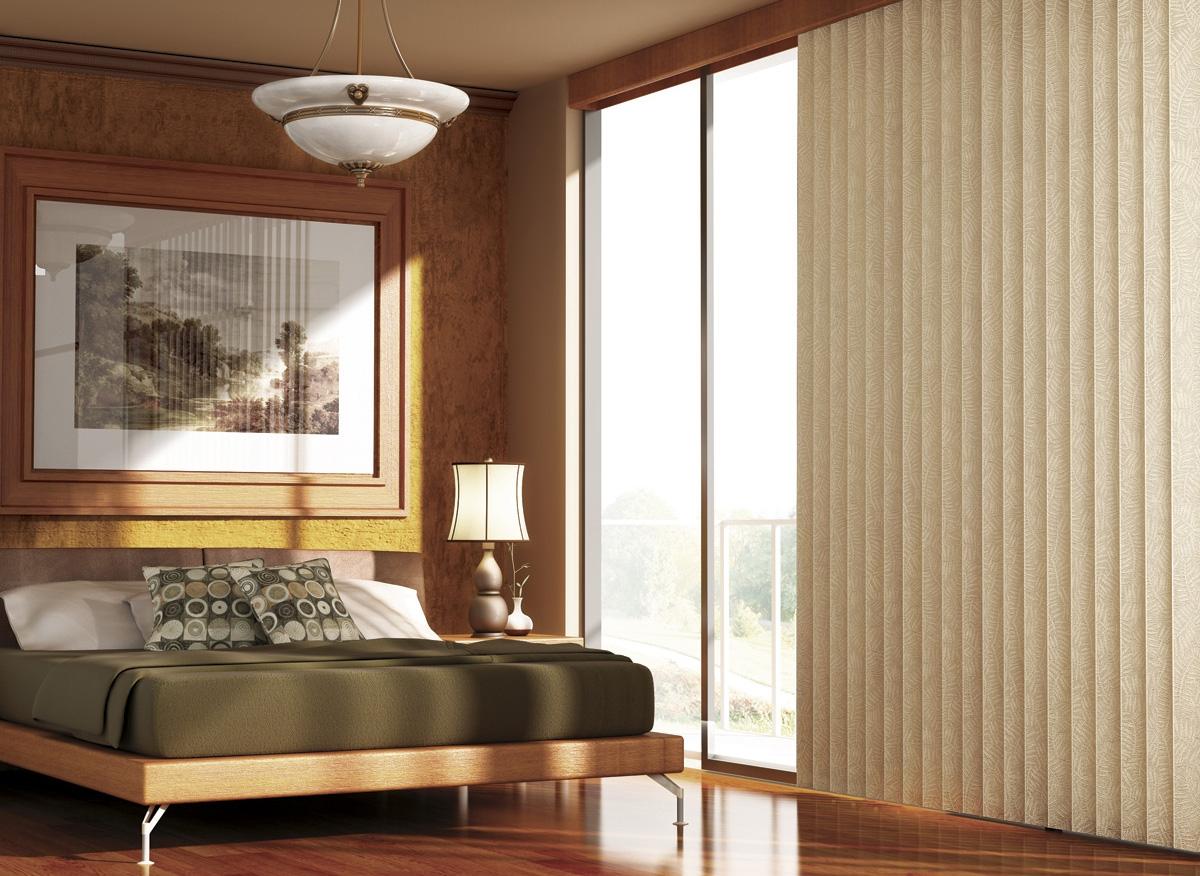 Бежевые вертикальные жалюзи в спальне