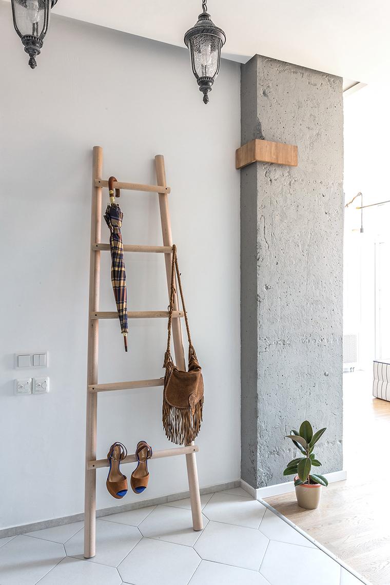Напольная вешалка в форме лестницы