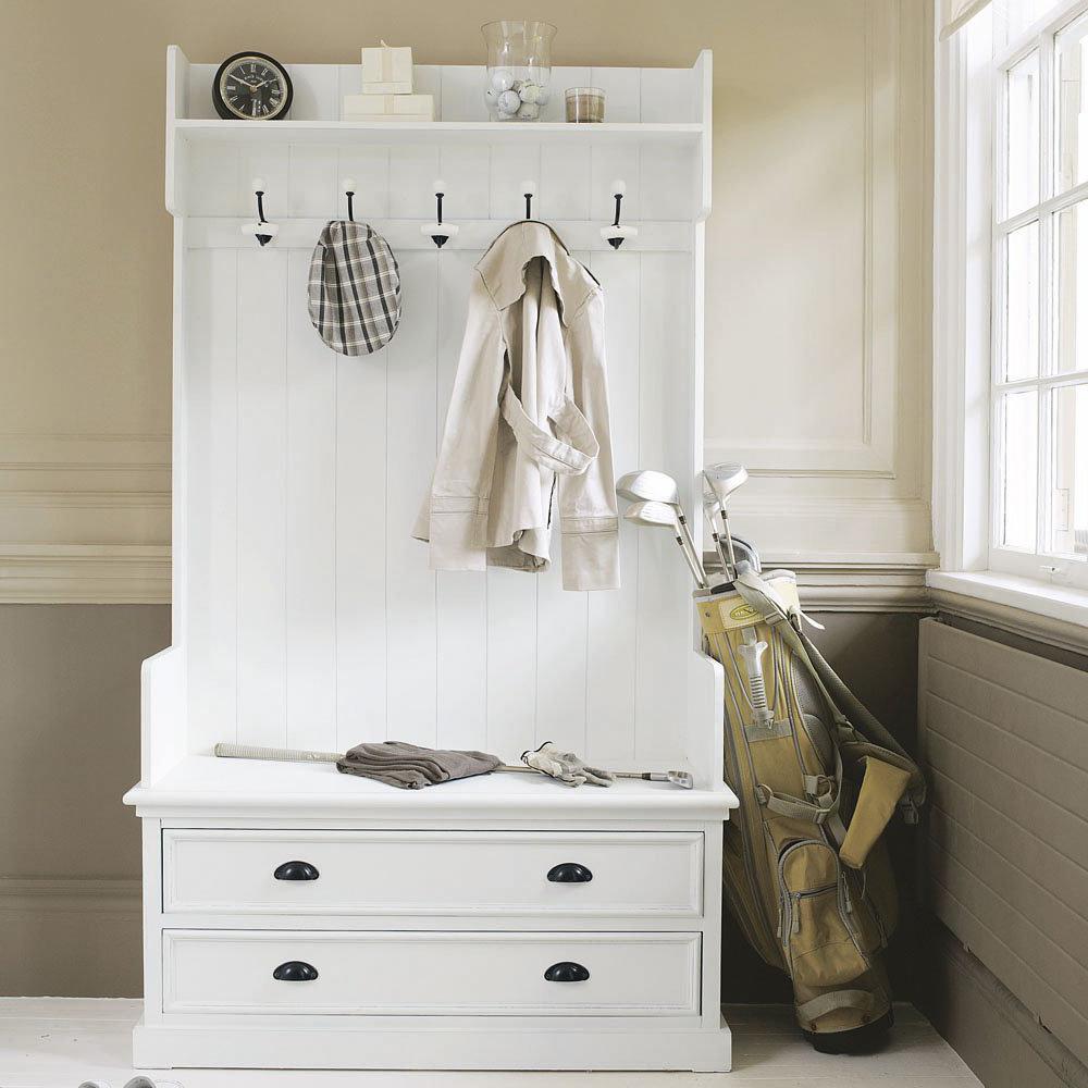 Обычная белая вешалка для одежды в прихожей