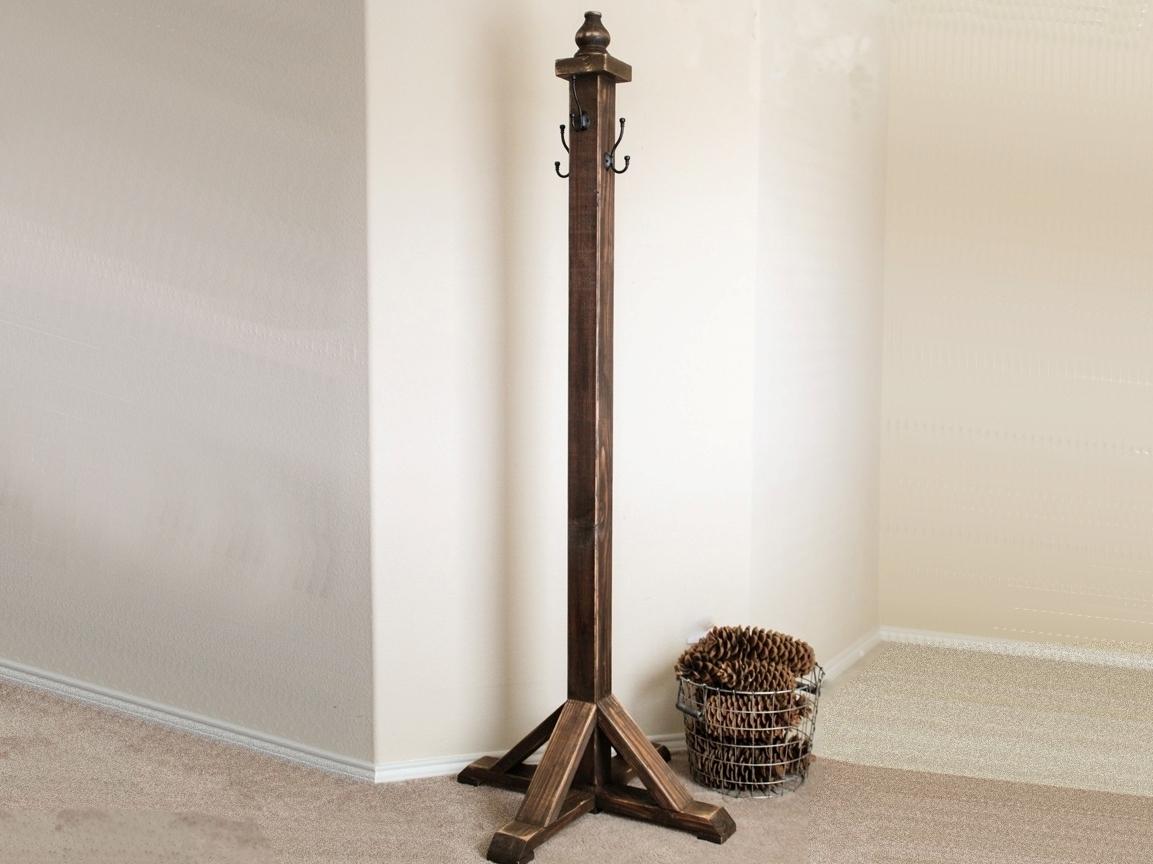 Массивная напольная деревянная вешалка в средневековом стиле