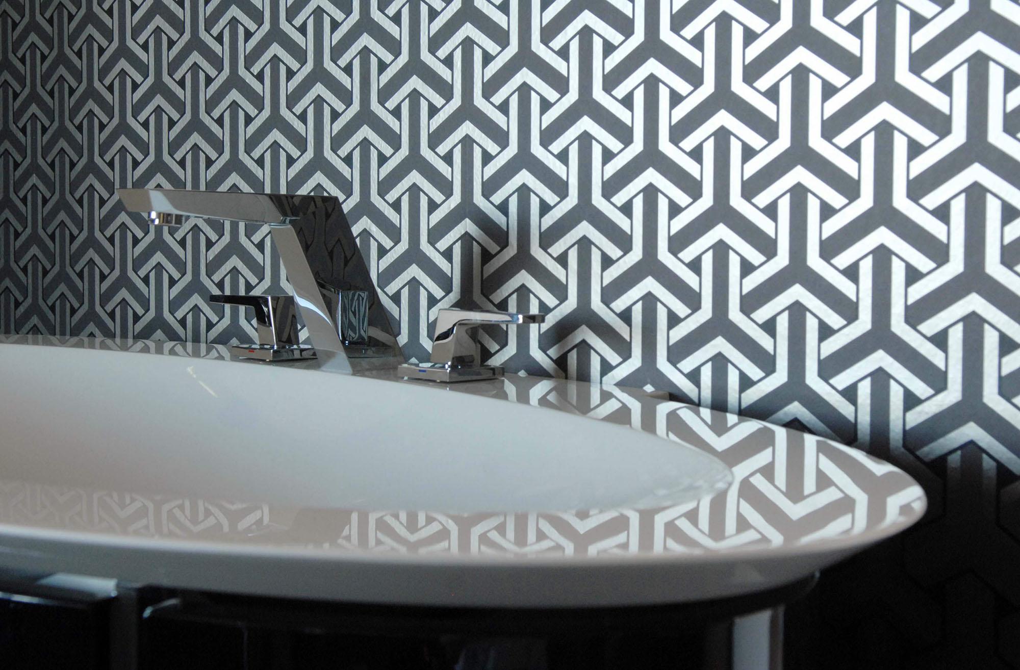 Стильные виниловые обои в ванной