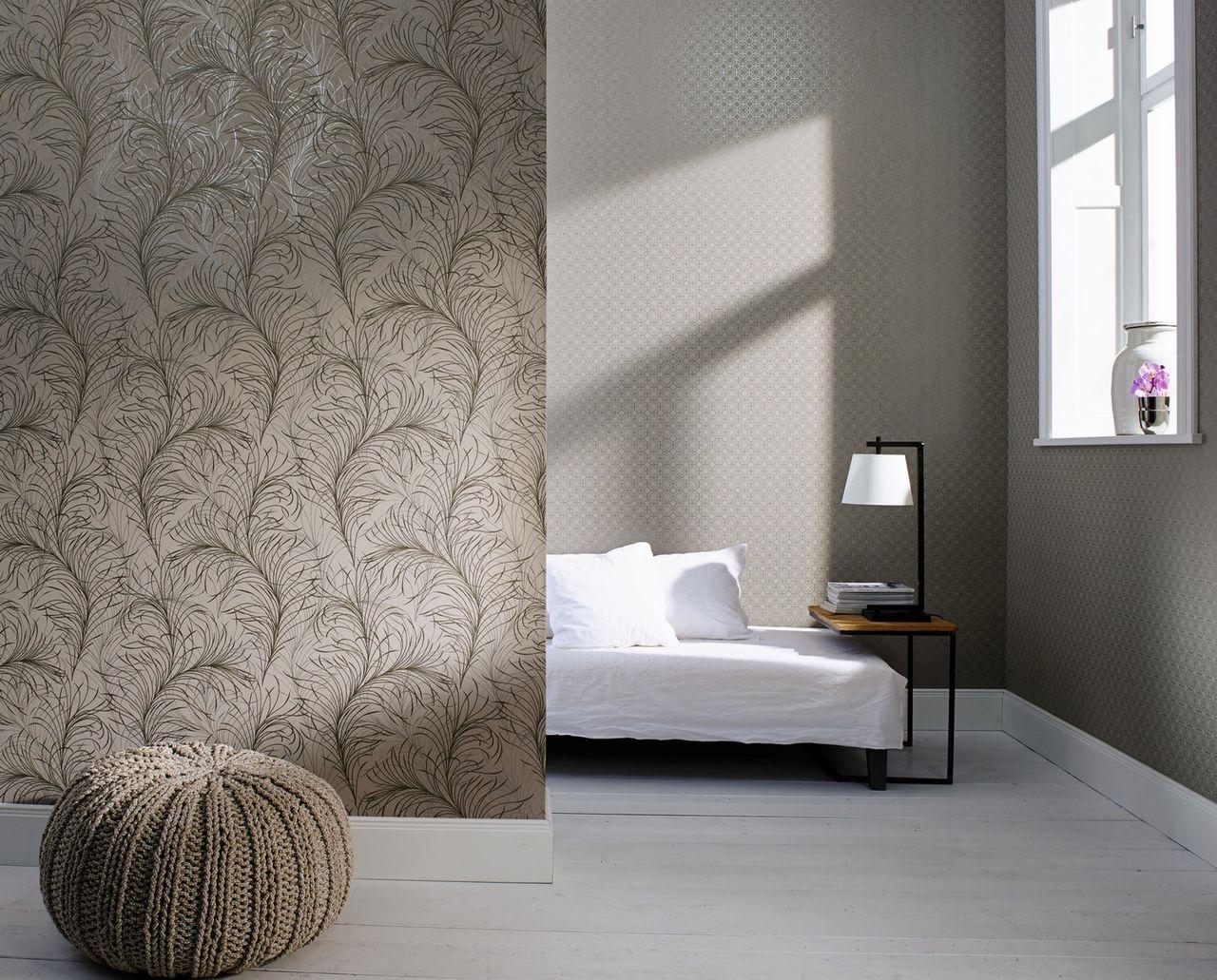 Серые виниловые обои с узором в спальне