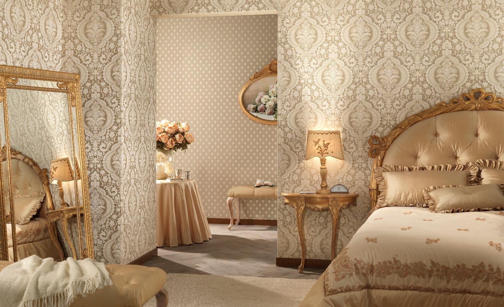 Кремовые виниловые обои с узором в классической спальне