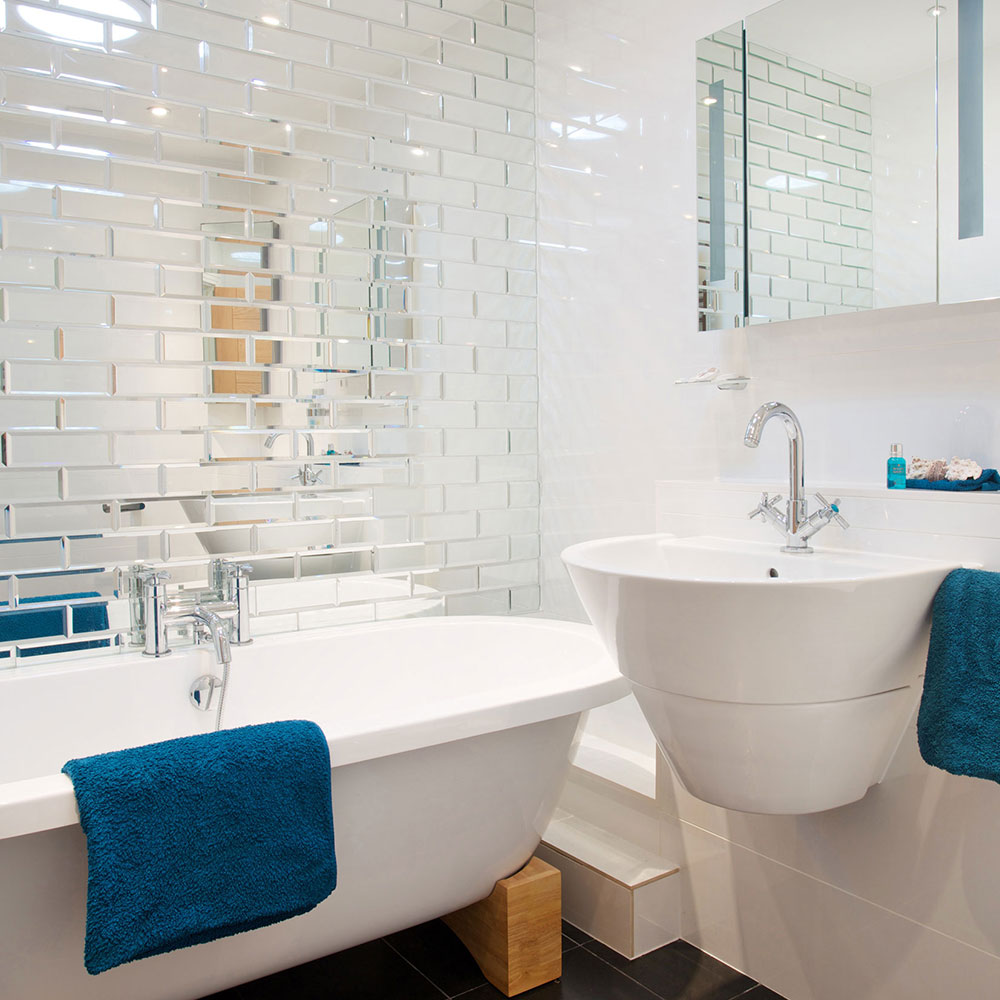 Ванная 9 кв. м с зеркальной плиткой