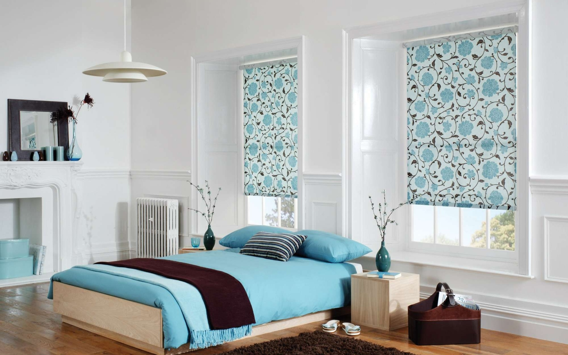 Рулонные шторы с узором в спальне