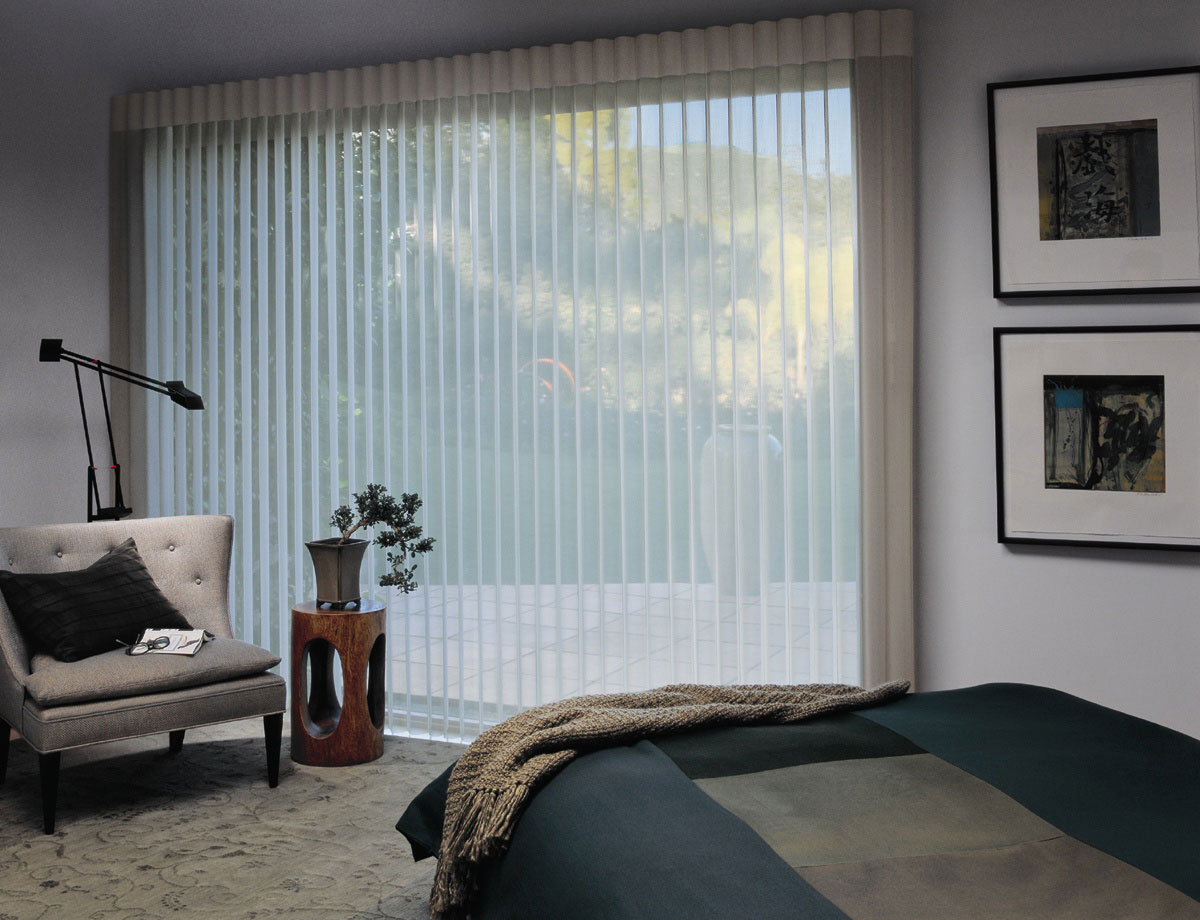 Вертикальные белые полупрозрачные жалюзи в спальне