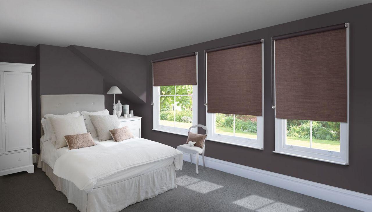 Коричневые рулонные шторы в спальне