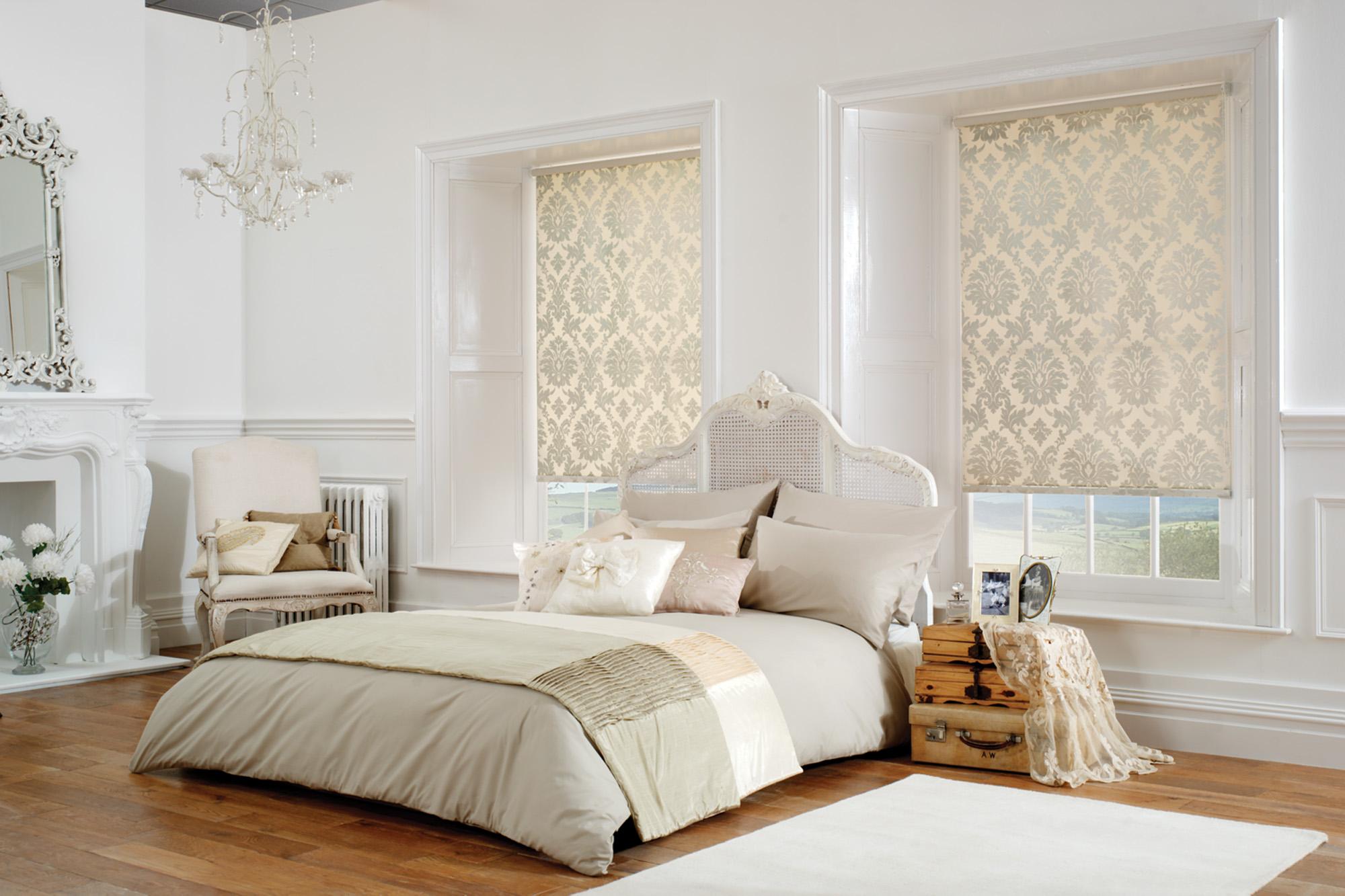 Рулонные шторы с классическим рисунком в спальне