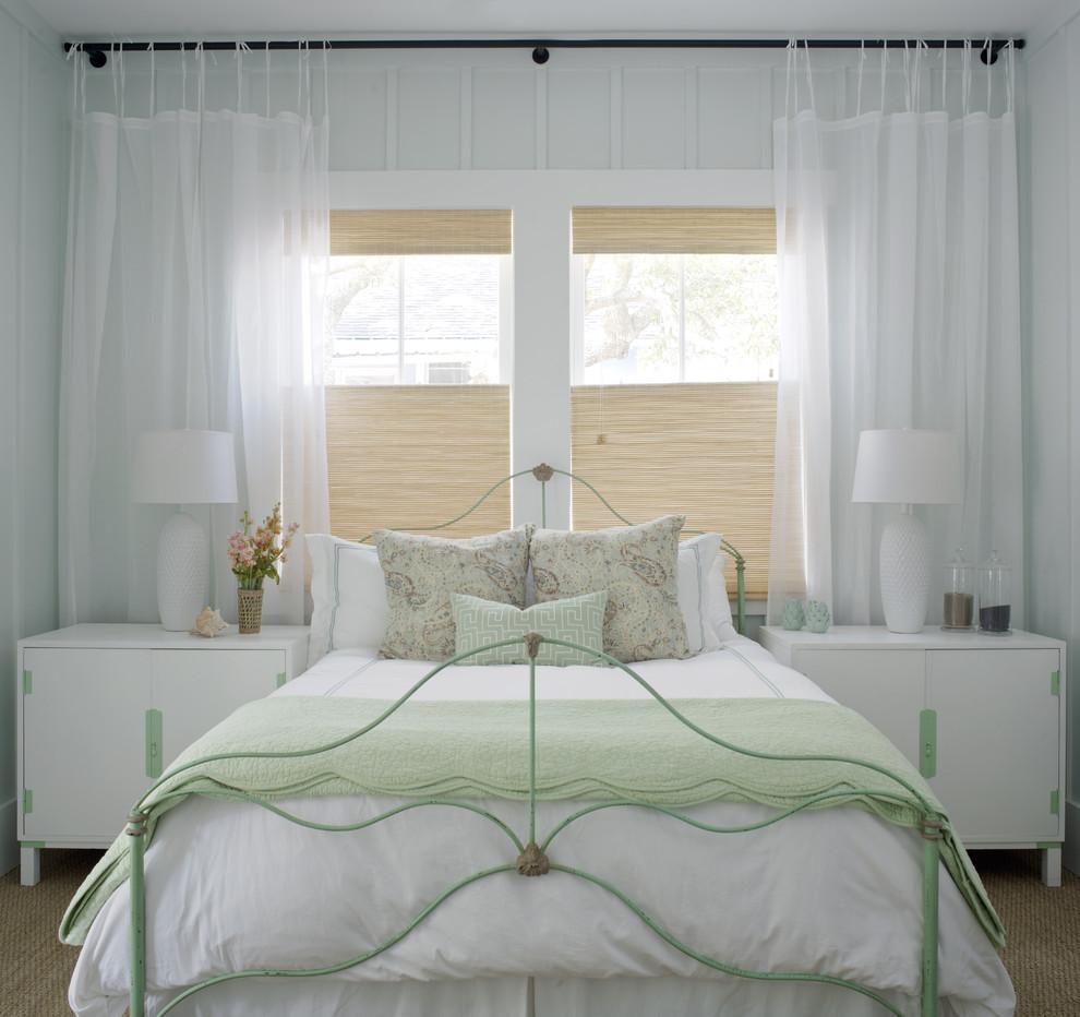 Бежевые жалюзи в спальне