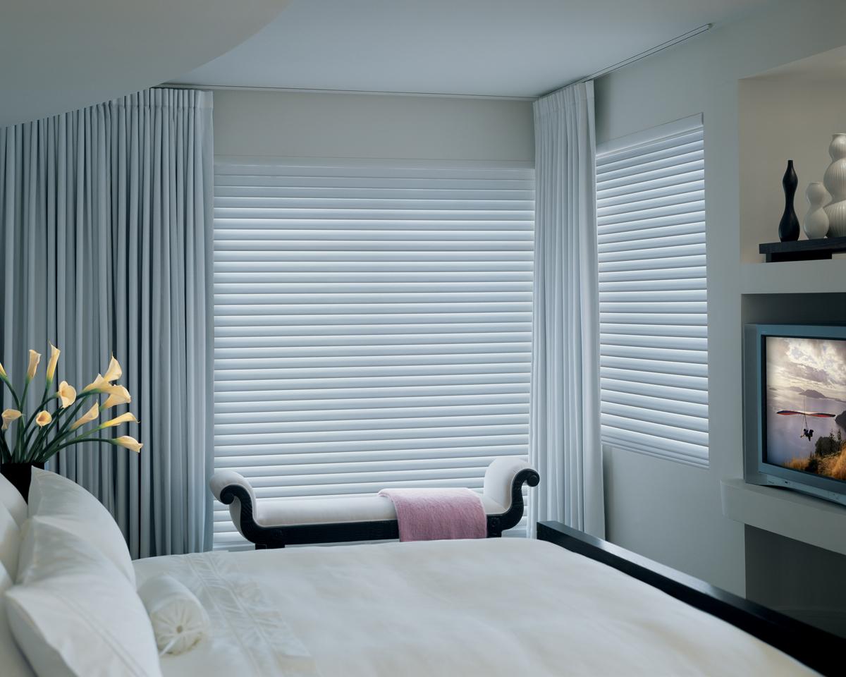Горизонтальные серые жалюзи в спальне