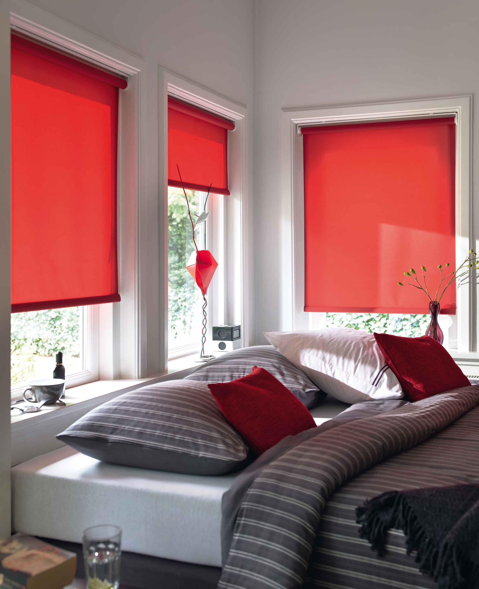 Красные рулонные шторы в спальне