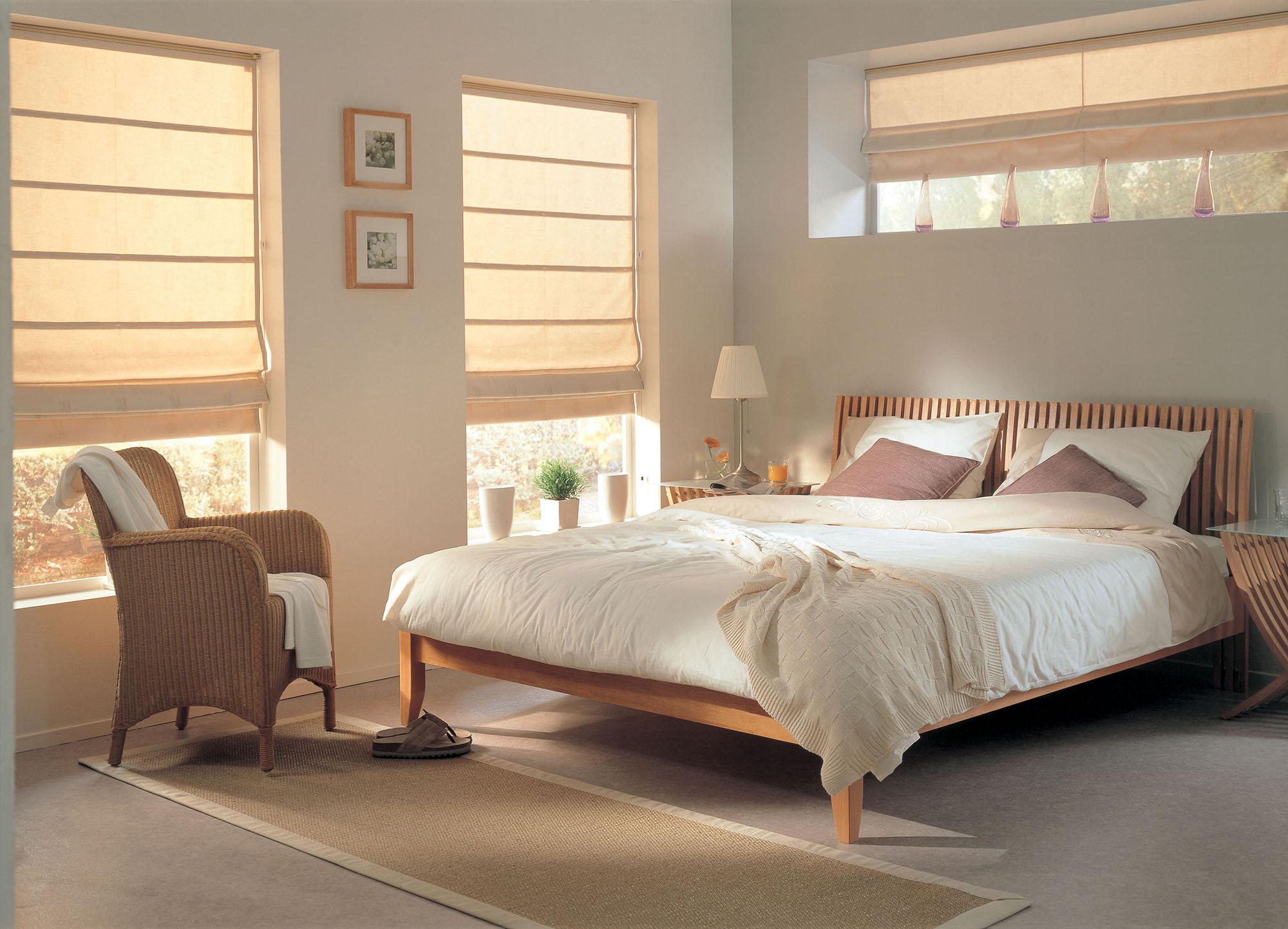 Кремовые римские шторы в спальне
