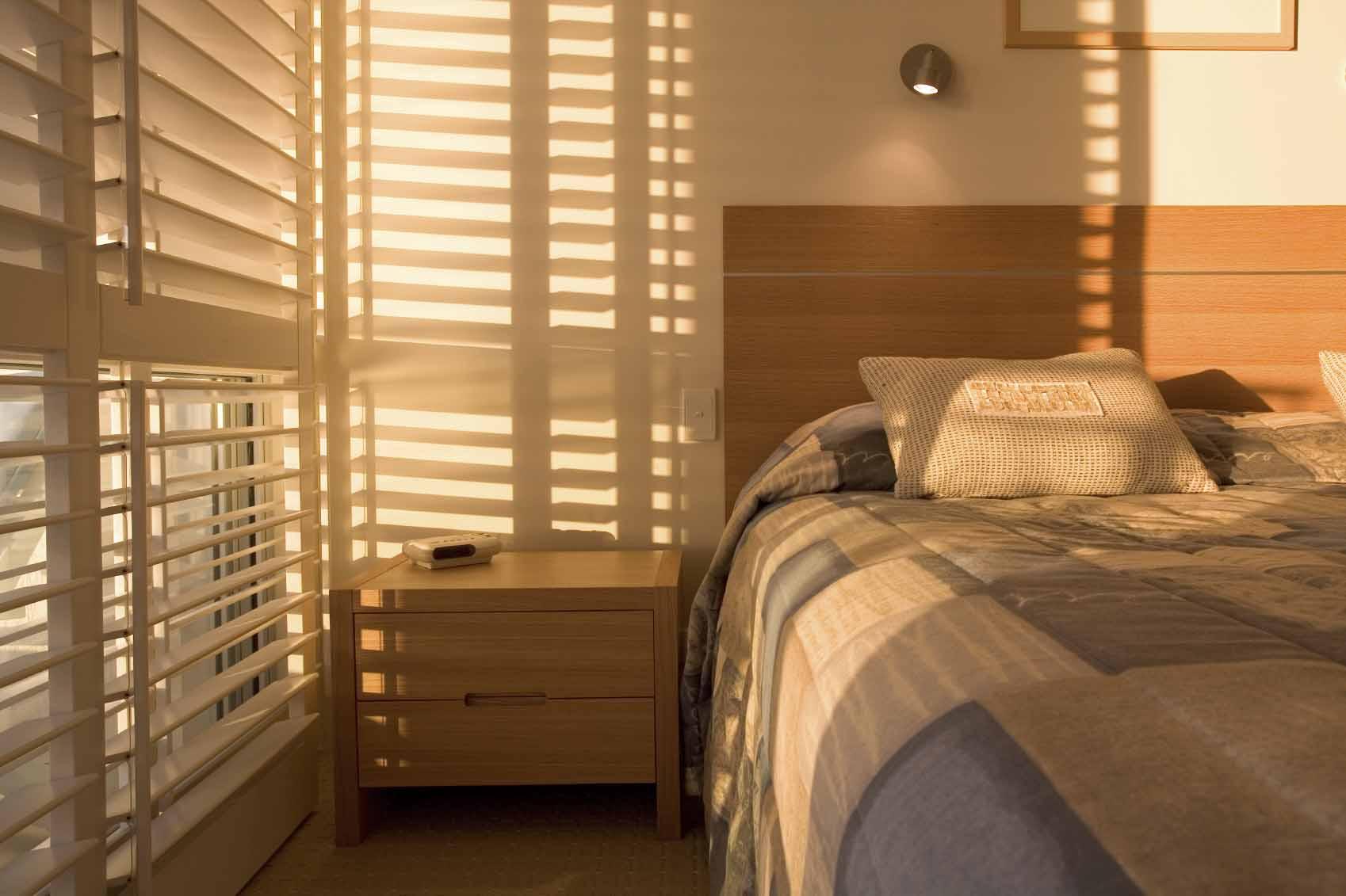 Пластиковые жалюзи в дизайне спальни