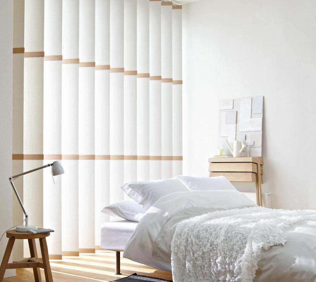 Бело-коричневые вертикальные жалюзи в спальне