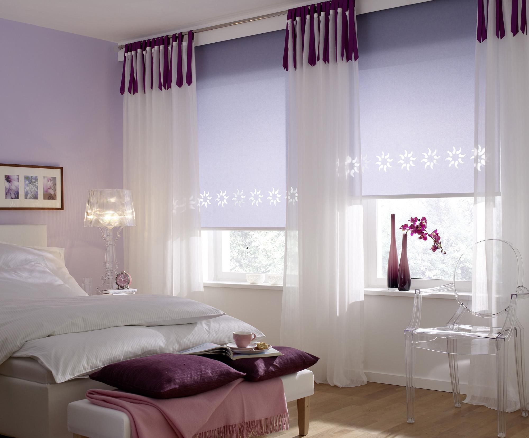 Сиреневые рулонные шторы в спальне