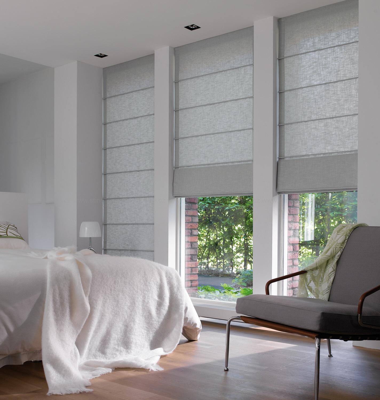 Серые римские шторы в спальне