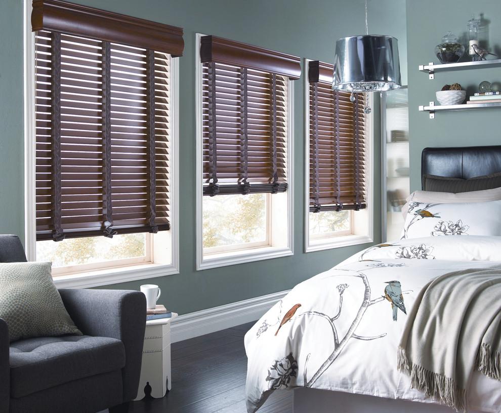 Пластиковые коричневые жалюзи в дизайне спальни