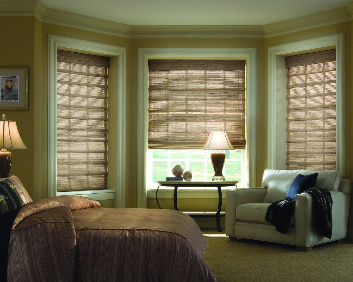 Коричневые римские шторы в дизайне спальни