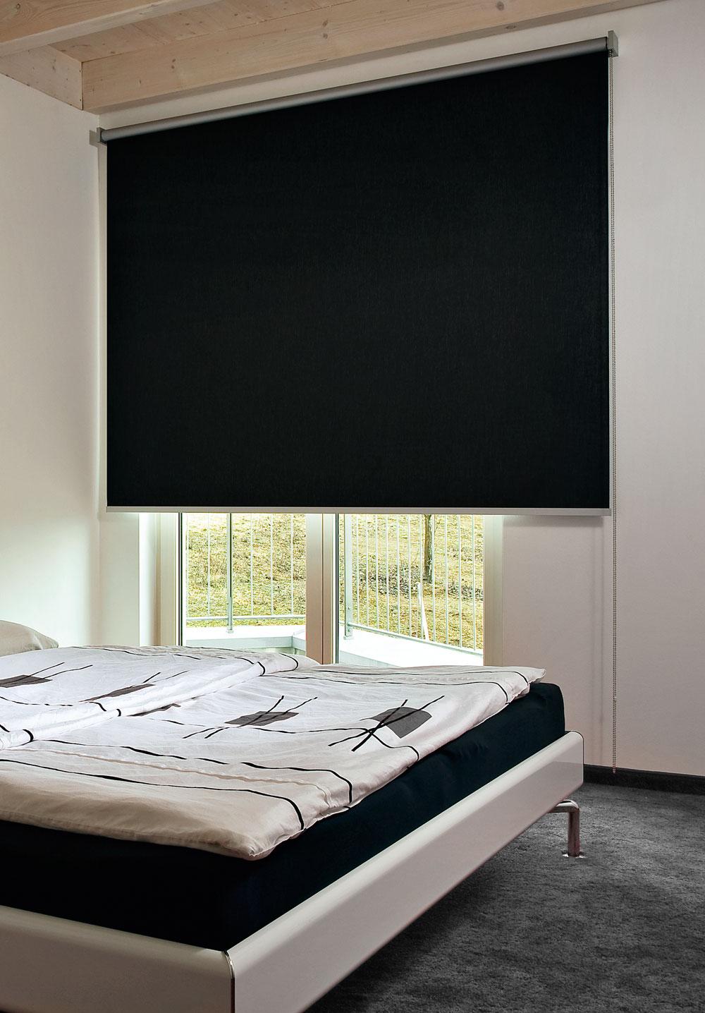 Черные рулонные шторы в спальне