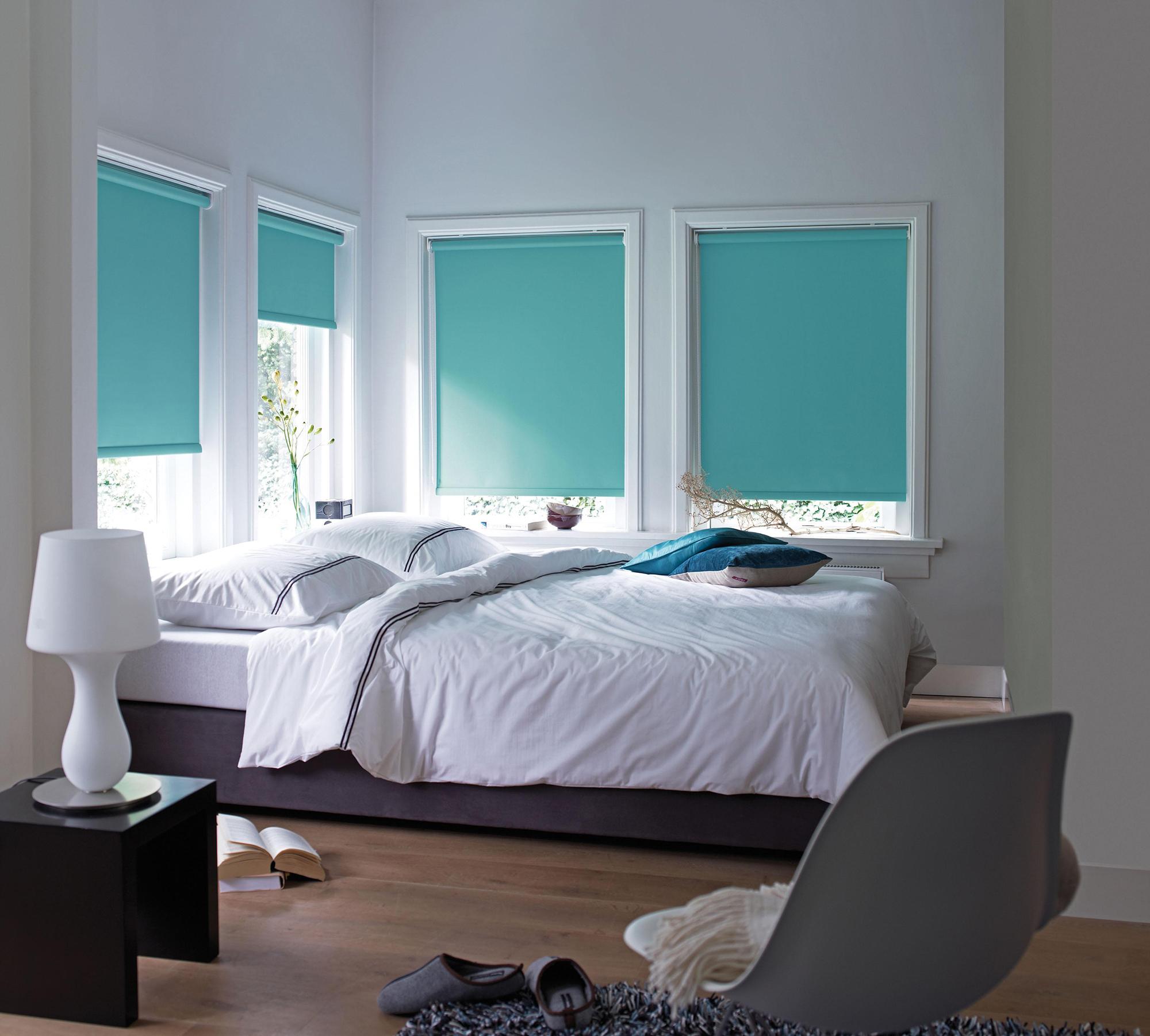 Бирюзовые рулонные шторы в спальне
