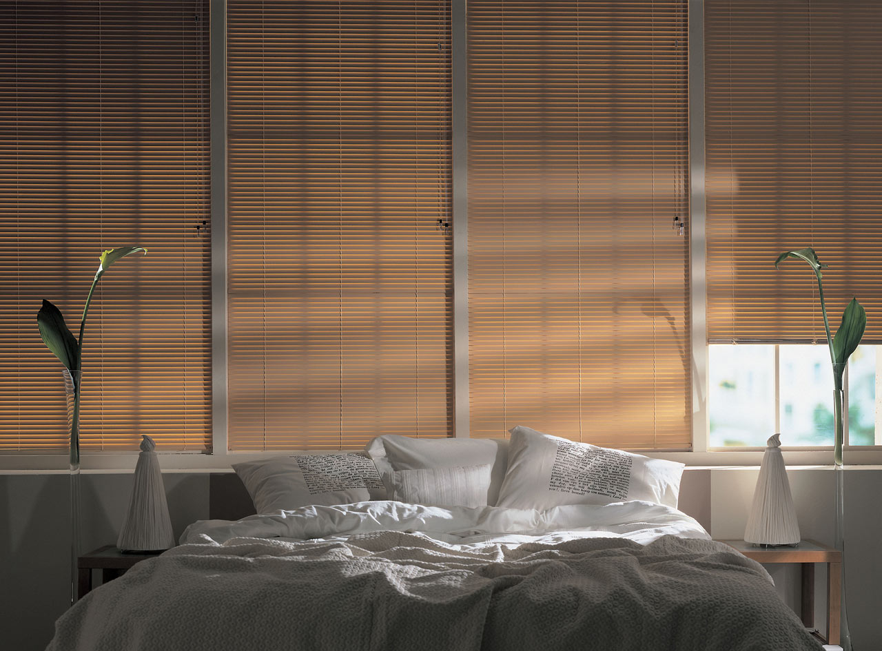 Бежевые горизонтальные жалюзи в спальне