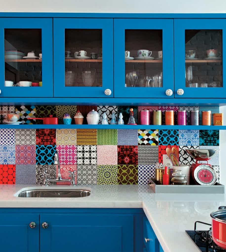 Красивые емкости для хранения на кухонной полке
