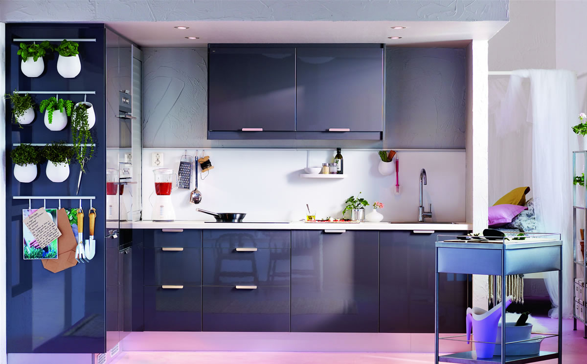 Красивые аксессуары в черно-белой кухне