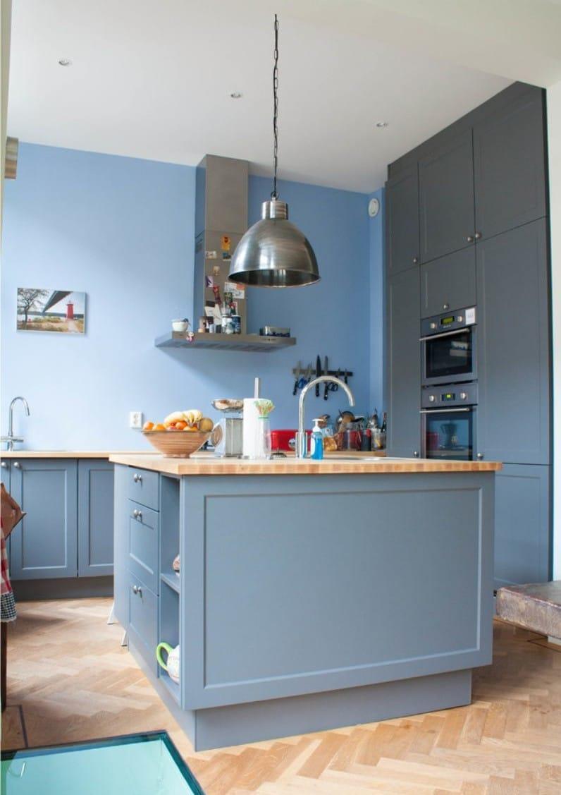 Красивые аксессуары в синей кухне