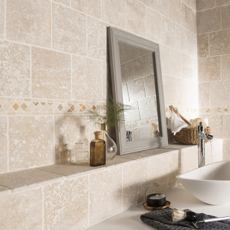 Бежевая ванная комната в античном стиле