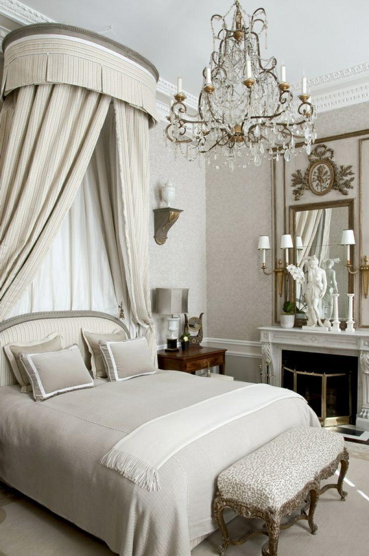 Кровать с мягким изголовьем и балдахином