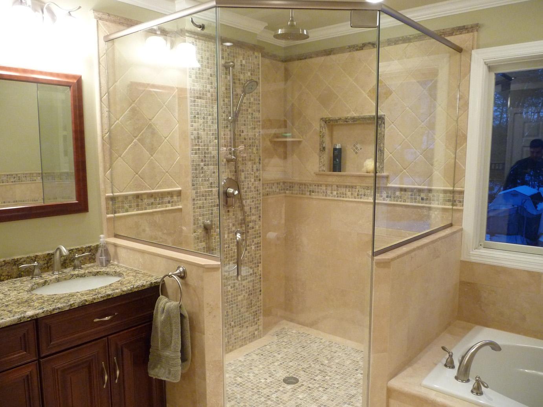 Бежевая ванная с большой душевой