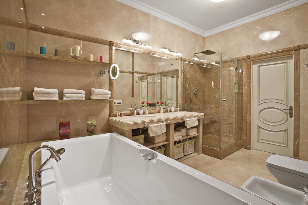 Классическая бежевая ванная