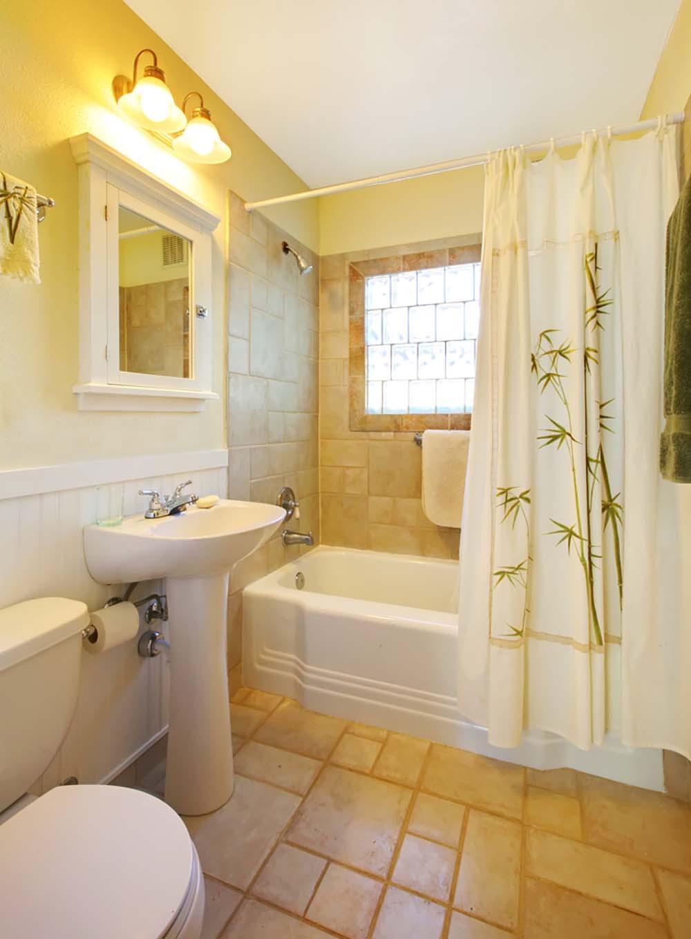 Небольшая бежевая ванная в стиле кантри