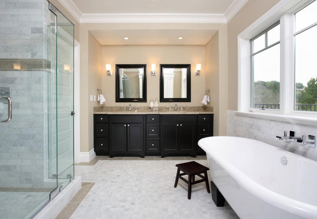 Бежево-белая ванная с черной тумбой