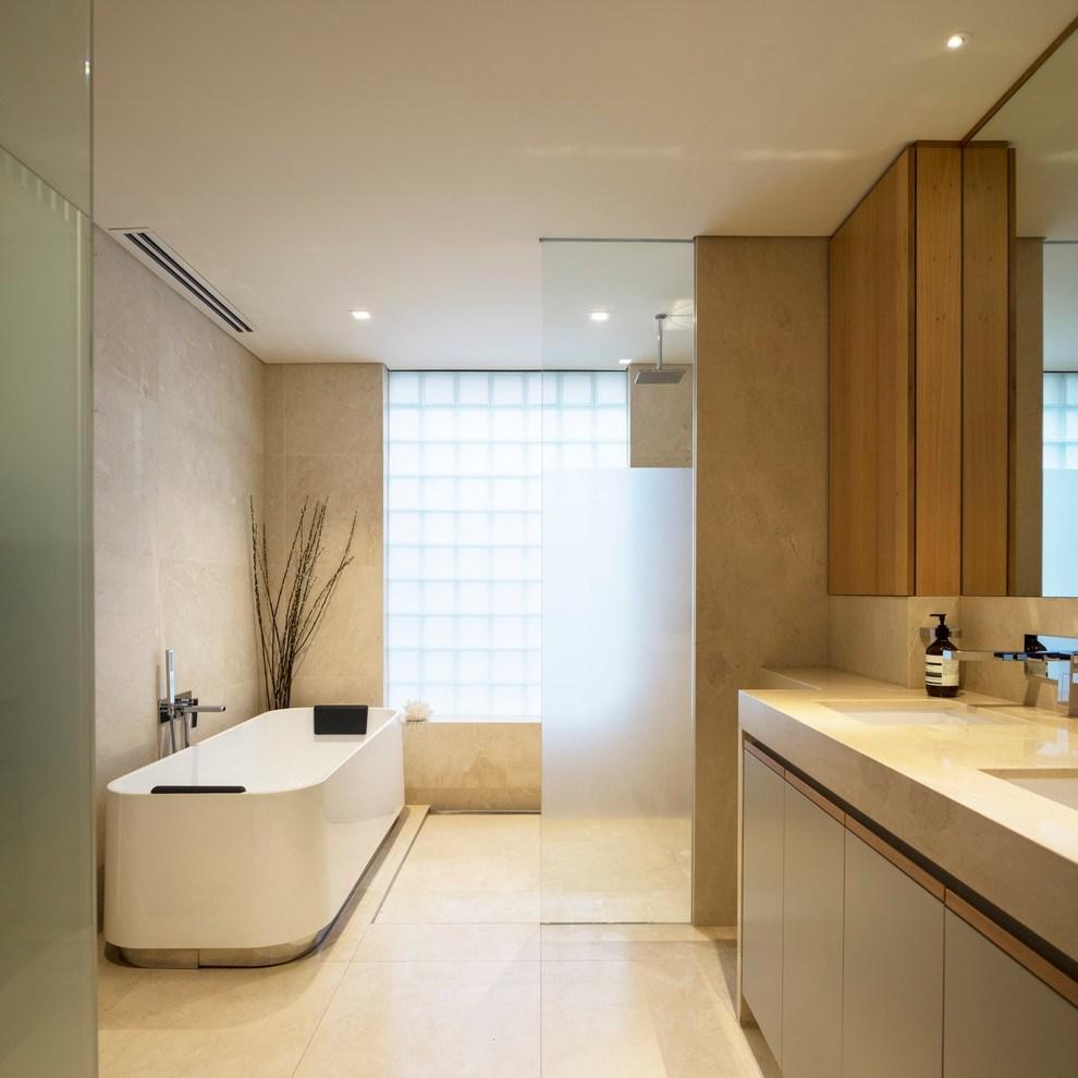 Бежевая ванная комната с коричневыми акцентами