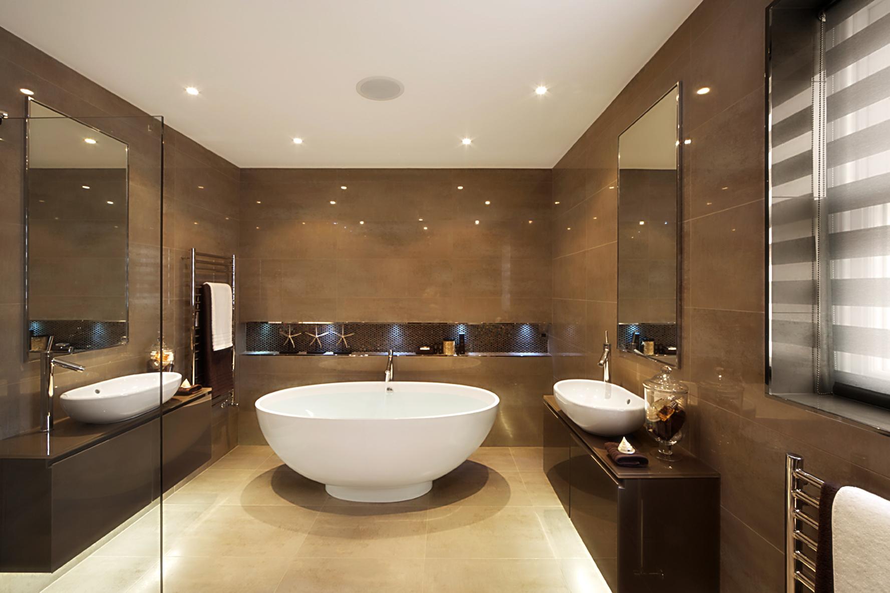 Большая бежево-коричневая ванная комната