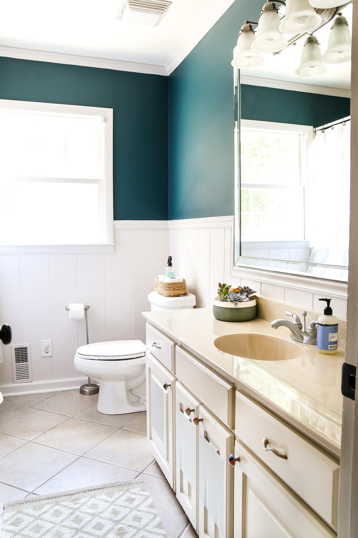 Бежевая ванная комната с бирюзовыми стенами