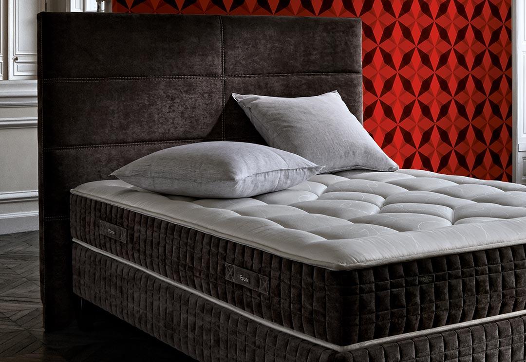Кровать с мягким изголовьем черным