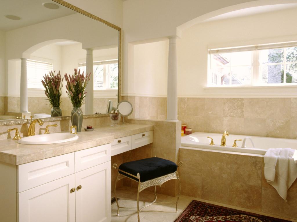 Бежевая ванная комната в классическом стиле