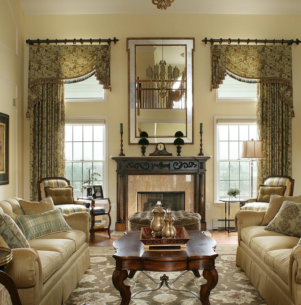 Гостиная с двумя окнами в классическом стиле