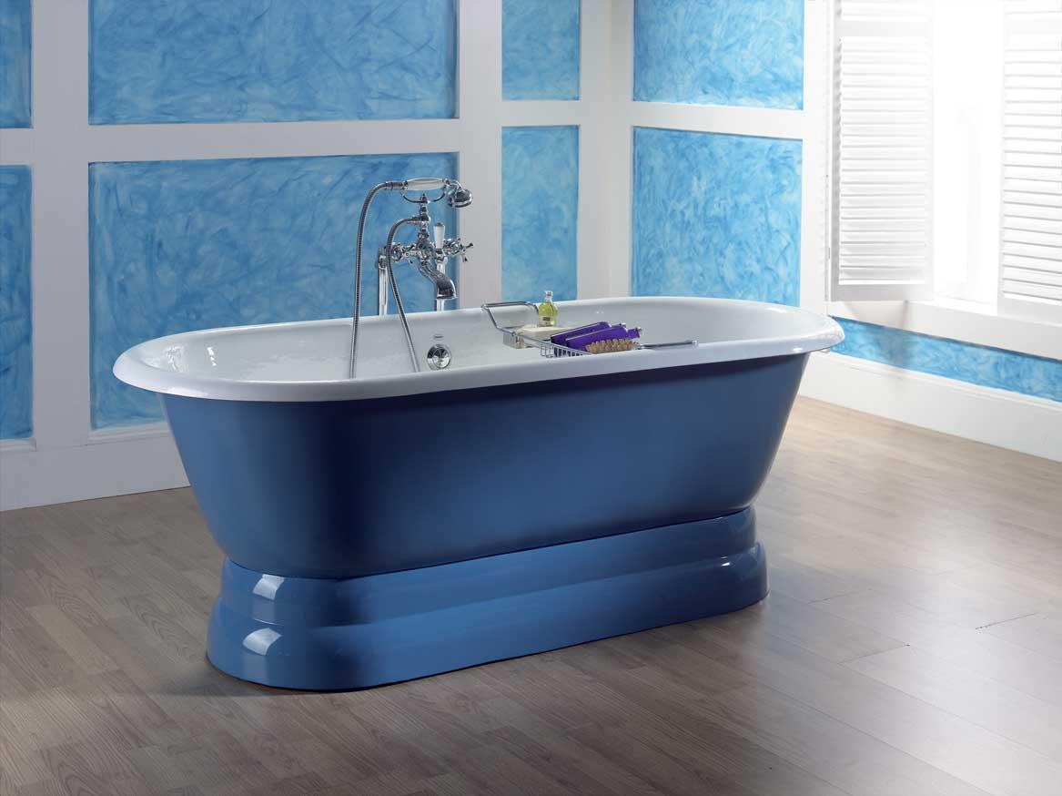 Стильная синяя ванна в интерьере