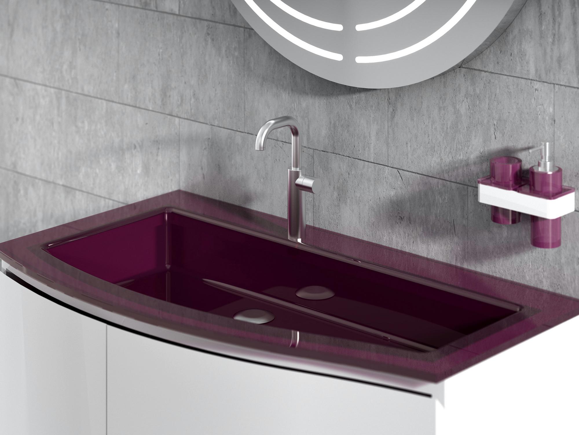 Раковина цвета фуксия в ванной