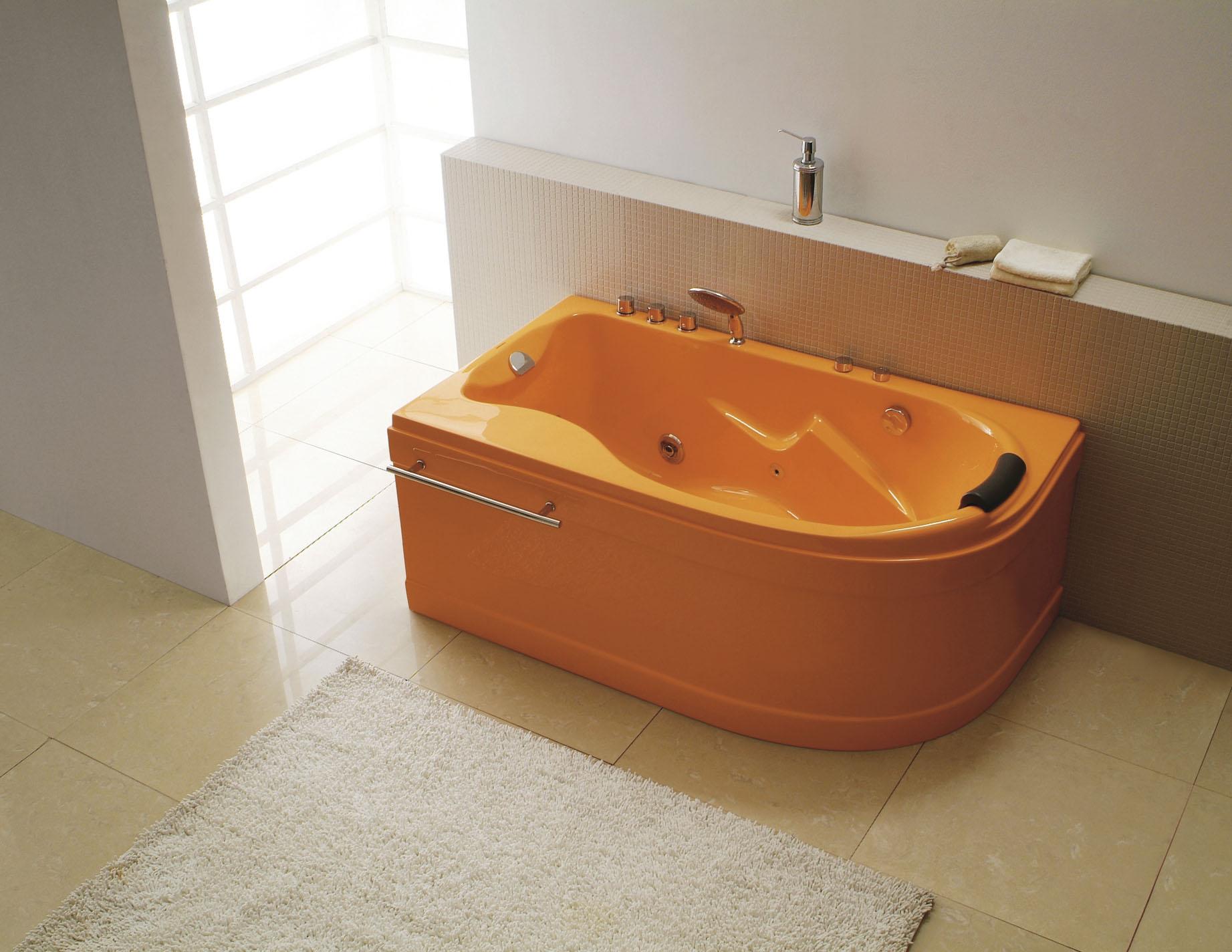 Большая желтая ванная