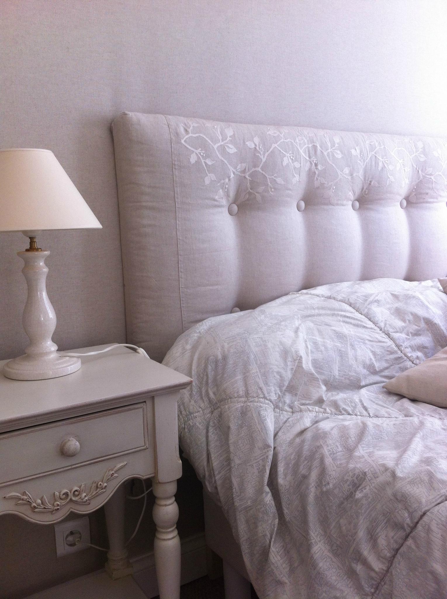 Кровать с мягким изголовьем декорированным