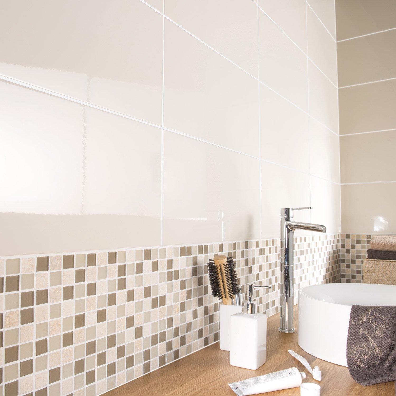 Бежевая ванная комната с декором