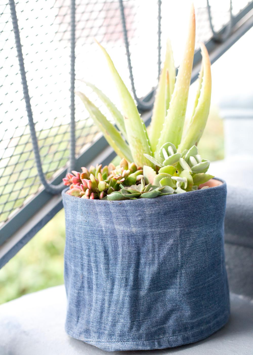 Декор цветочного горшка джинсовой тканью