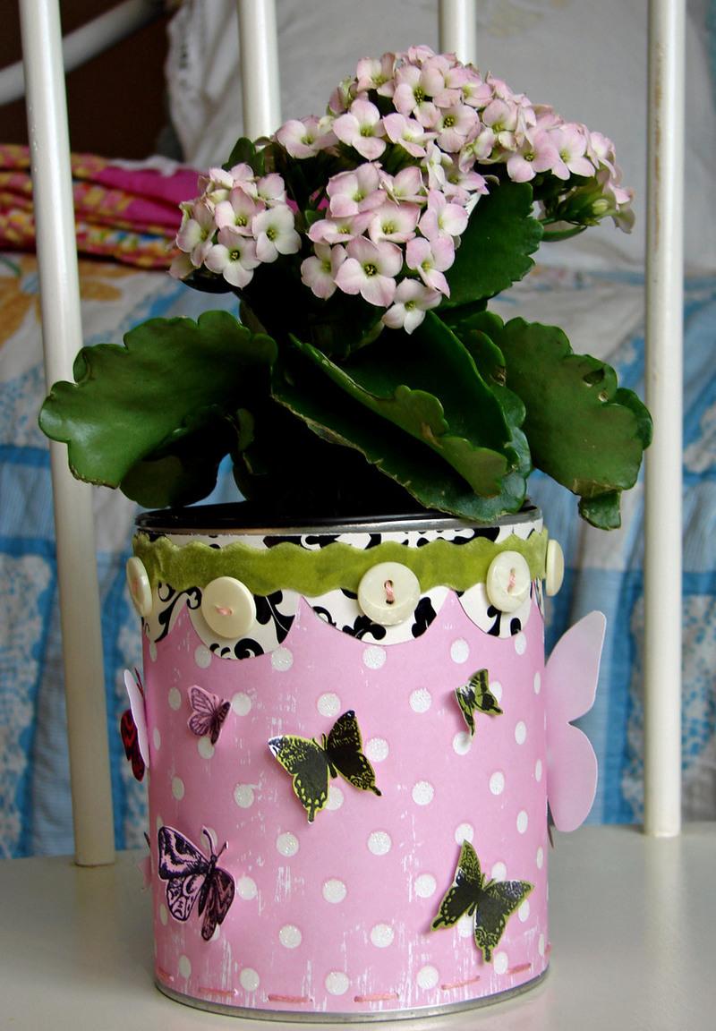 Декор горшка тканью, пуговицами и бабочками